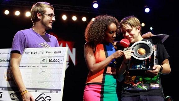 Captain Capa, Gewinner des New Music Award 2011, mit Moderatorin Hadnet Tesfai.