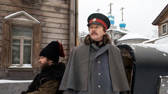 Der Schriftsteller Dostojewski steigt im Winter aus einem schneebedeckten Reiseschlitten.