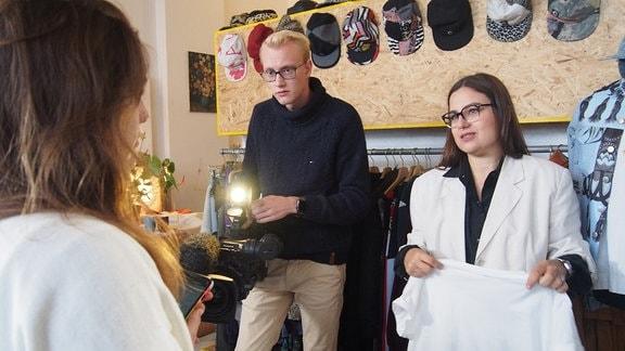 Nachhaltige Designerin Jill Röbenack zusammen mit Azubi Lorenz an der Kamera und Volontärin Ann-Kathrin
