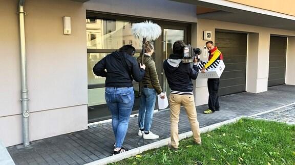 Dreh Paketbote Sven mit Azubis Luisa und Julius und Volontärin Barbara