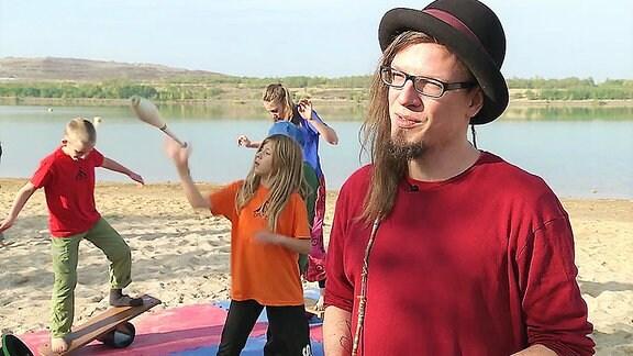 Ein Mann mit Hut spricht.