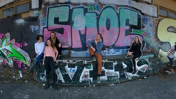 MDR Volontäre vor einem Graffiti