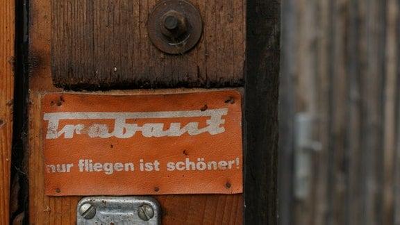 Einer DER Slogans unter Trabant-Fahrern. Hier in der Garage eines Protagonisten der Web-Doku, Christian Jenak.