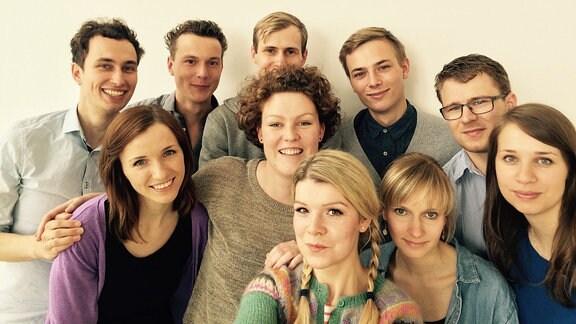 Gruppe von zehn jungen Menschen, das sind unsere MDR-Volontäre