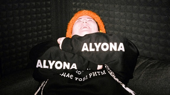 Die ukrainische Rapperin Alyona Alyona verschränkt die Arme.