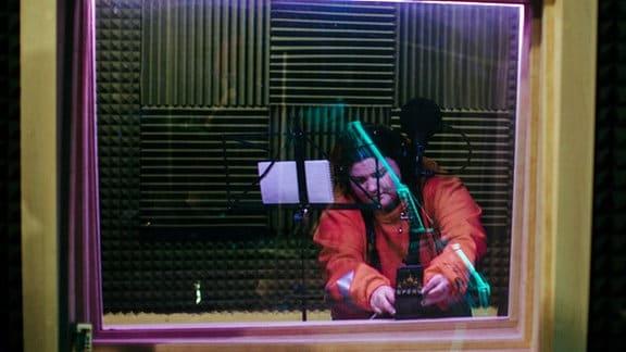 Rapperin Alyona Alyona bei Aufnahmen im Studio.