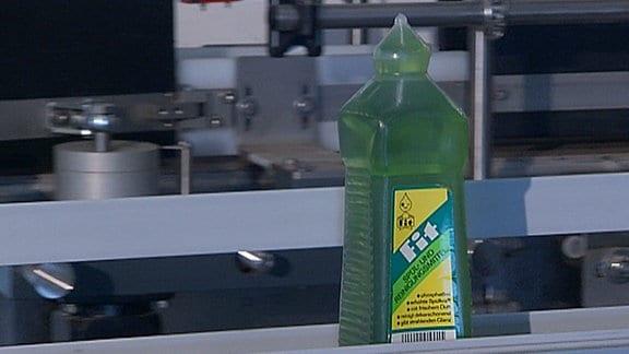 Eine Fit-Flasche auf einem Fließband