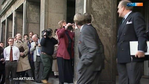 Birgit Breuer vor einem Treuhand-Schild.