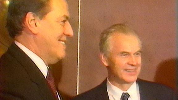 Vorstandssprecher der Deutschen Bank, Hilmar Kopper (links) mit dem letzten DDR-Regierungschef Hans Modrow (rechts)