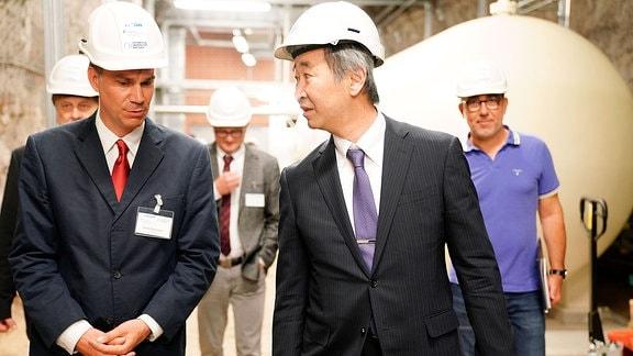 (im Vordergrund) Dr. Daniel Bemmerer, Helmholtz-Zentrum Dresden-Rossendorf und technischer Leiter Felsenkeller-Labor; Nobelpreisträger Prof. Takaaki Kajita, Universität Tokio.