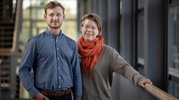 Porträtaufnahme der beiden Forscher Alexander Nikolay und Yvonne Genzel.