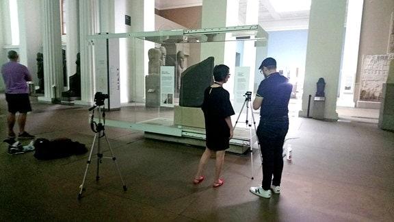 Eleni Bozia + Angelos Barmpoutis von der Uni Florida bauen die Kameras auf