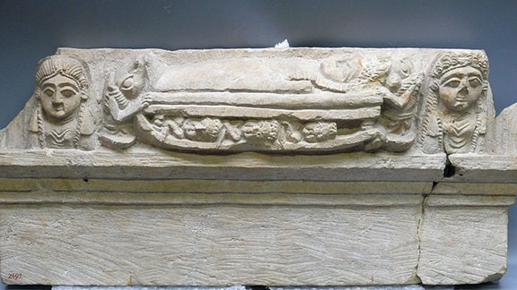 Türsturz mit der Szene einer Mumifizierung, Ägyptisches Museum Leipzig Sonderausstellung 2017