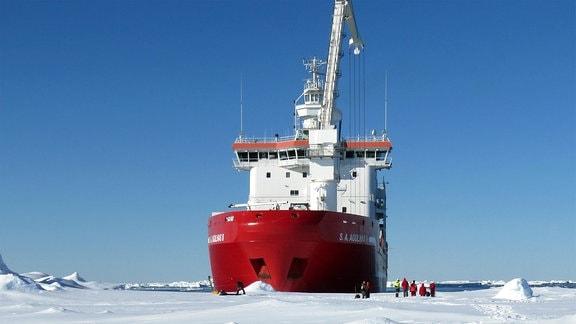 Schiff und Drohnen im Weddell-Meer