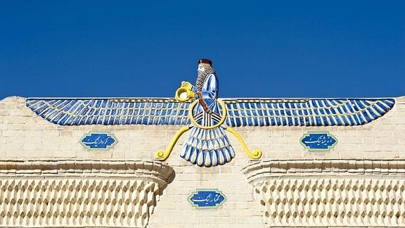 Eingang des zoroastrischen Feuertempel mit Symbol des Zoroastrismus, Faravahar, Symbol für Gott Ahura Mazda