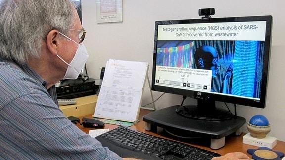 Professor Albert Bosch von der Universität Barcelona in seinem Büro