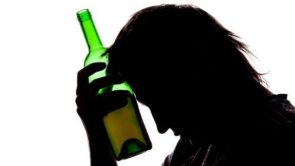 Silouette eines Mannes mit Weinflasche.