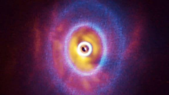 Überlagerte Darstellung der Daten von ALMA und SPHERE, die das System GW Orionis zeigen