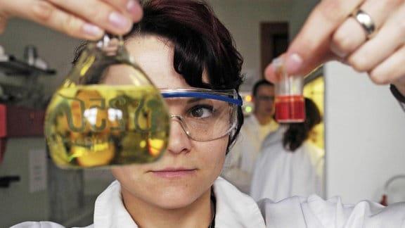 Studentin der Fachrichtung Anorganische Chemie bei einer Sichtprobe eines Filtrates an der Technischen Universitaet in Chemnitz