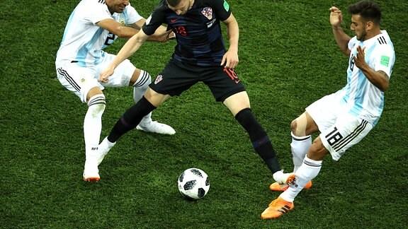 WM-Begegnung Argentinien gegen Kroatien ein Foto der Foulsezene von Ante Rebic gegen Argentiniens Salvio.