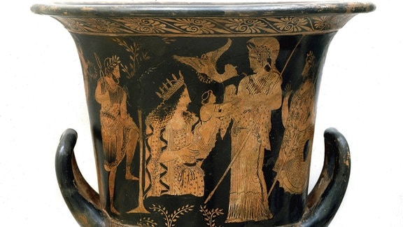Athena empfängt Erichtonios aus Händen der Gaia. Malerei auf einer antiken Vase.