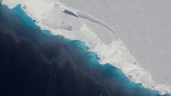 Luftaufnahme der Abbruchkante des Thwaites Gletschers in der Antarktis.