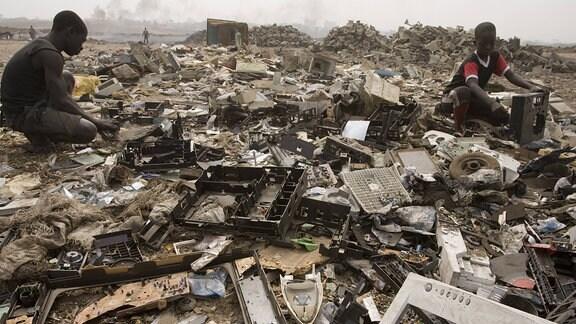 Menschen verbrennen 2007 in Ghana Computerteile und Drähte.