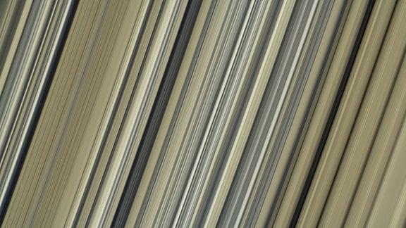 Detailaufnahme eines zentralen Bereichs im Saturn-Ring B, die zahlreiche regelmäßige und unterschiedlich dicke Linien zeigt.