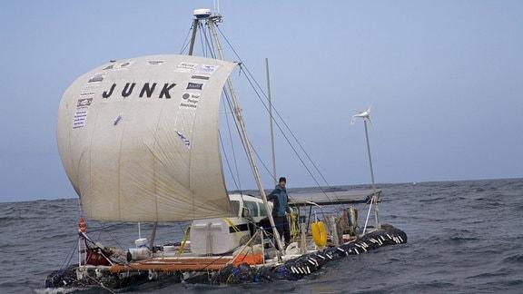 """""""Junk"""" heißt das Schiff aus Plastikmüll, das hier im Meer treibt"""