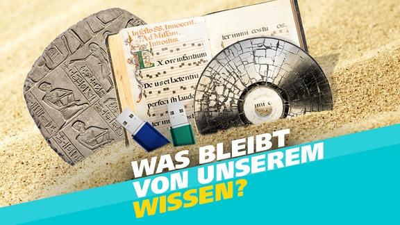 Grafik zur MDR Wissen Themenwoche: Speichermedien - was bleibt von unserem Wissen? Zu sehen sind eine Tontafel, eine mittelalterliche Bibelabschrift, eine zersplitterte CD-Rom und zwei USB-Sticks, die im Sand stecken.