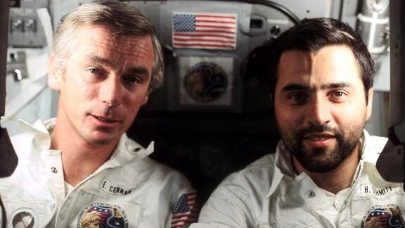 Die Astronauten Eugene A. Cernan (links) und Harrison H. Jack Schmitt an Bord von Apollo 17. Fotograf war Ronald E. Evans, Pilot des Kommandomoduls. Schmitt war Pilot der Mondlandefähre.