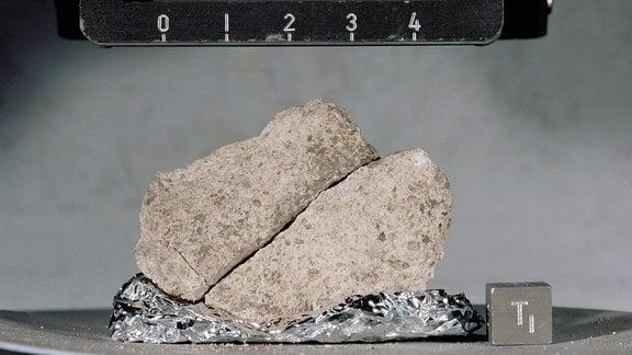 Eine Nahansicht der Apollo 17-Mondprobe