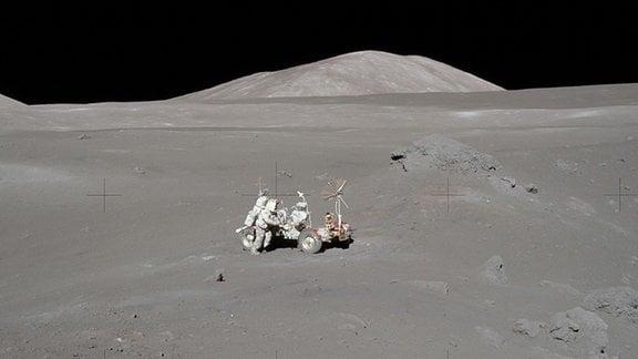 Ein Astronaut am Lunar Roving Vehicle auf dem Mond