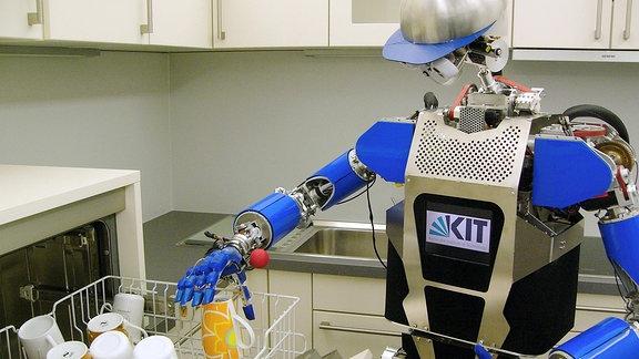 Die humanoiden ARMAR-Roboter – hier ARMAR-III – wurden entwickelt, um Tätigkeiten in Haushalt oder industriellen Umgebungen zu übernehmen. Die nächste Generation wird Senioren im Alltag unterstützen