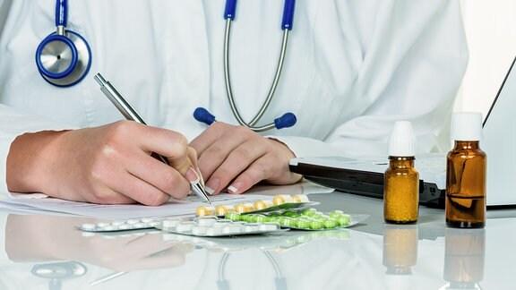 eine Ärztin verschreibt Medikamente