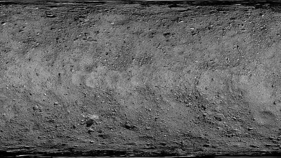 Diese globale Karte der Oberfläche des Asteroiden Bennu ist ein Mosaik von Bildern, die zwischen dem 7. März und dem 19. April 2019 vom OSIRIS-REx-Raumschiff der NASA gesammelt wurden. Das Raumschiff sammelte diese Bilder in Entfernungen von 3,1 bis 5 km über der Oberfläche des Asteroiden.