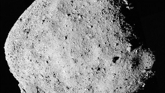 Dieses Mosaikbild des Asteroiden Bennu besteht aus 12 PolyCam-Bildern, die am 2. Dezember vom Raumschiff OSIRIS-REx aus einer Entfernung von 24 km (15 Meilen) aufgenommen wurden.