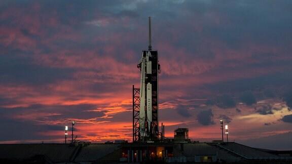 Die Falcon 9 Rakete mit ihrem Dragon Crew Raumschiff am Launch Complex 39A in Cap Canavaral.