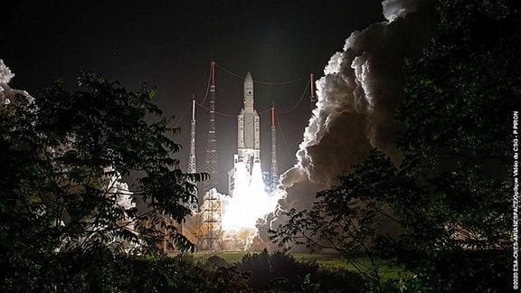 Die Rakete der Ariane 5 bei ihrem Liftoff.