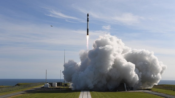 """Die Trägerrakete """"Electron"""", des privaten Raumfahrtunternehmens Rocket Lab, hebt vom eigenen Launch Complex in Neuseeland ab."""