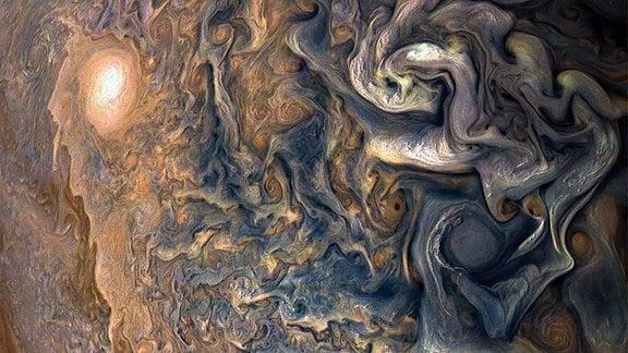 Jupiter füllt das Bild vollständig aus, mit nur einer Andeutung des Terminators (wo das Tageslicht in die Nacht übergeht) in der oberen rechten Ecke und ohne sichtbaren Rand (der gebogene Rand des Planeten).