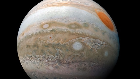 Diese beeindruckende Ansicht des Großen Roten Flecks und der turbulenten südlichen Hemisphäre des Jupiters wurde von der NASA-Raumsonde Juno bei einem nahen Vorbeiflug an dem Gasriesenplaneten aufgenommen.