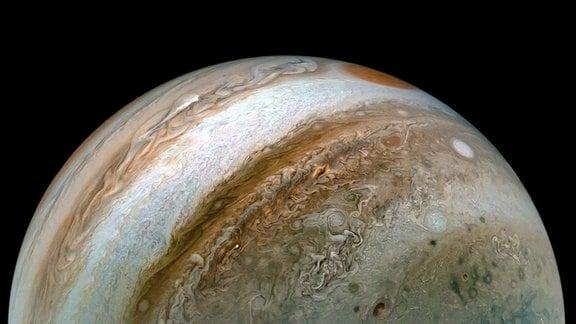 Das Bild wurde am 30. Dezember 2020 aufgenommen, als die Raumsonde Juno ihren 31. nahen Vorbeiflug am Jupiter durchführte. Zu diesem Zeitpunkt befand sich die Sonde etwa 50.000 Kilometer von den Wolkengipfeln des Planeten entfernt, auf einem Breitengrad von etwa 50 Grad Süd.