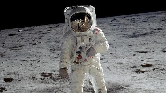 Astronaut im Raumanzug auf dem Mond.