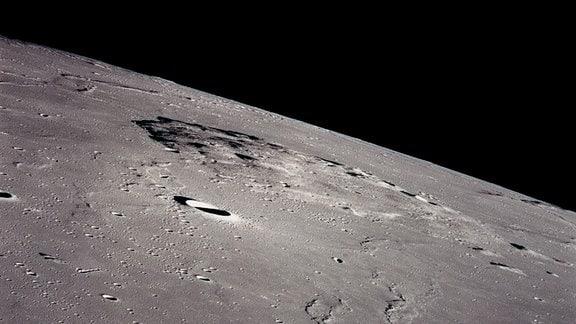 Die Aufnahme der Apollo 15 Mission zeigt den Vulkanberg Mons Rümker auf dem Mond. Er befindet sich im Gebiet Oceanus Procellarum