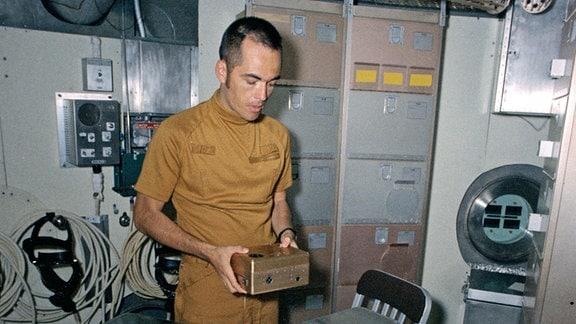 Der NASA-Astronaut Robert L. Crippen bei seinem Training in der Skylab Raumstation. Das Foto wwurde am 15. Juni 1972 aufgenommen.