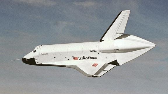 Eine alte Fotoaufnahme des US-amerikanischen Space Shuttle Enterprise. Die Aufnahme eines Freifluges entstand am 26. September 1977.
