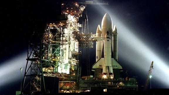 Das Space Shuttle Colombia bei Nacht. Es befindet sich auf seiner Startplattform am amerikanischen Weltraumbahnhof Cape Canaveral.