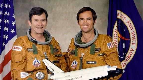 Die beiden NASA Astronauten John Young (l.) und Robert Crippen. Sie sind die Crew des Jungfernflugs des Space Shuttle Colombia (Mission: STS-1).