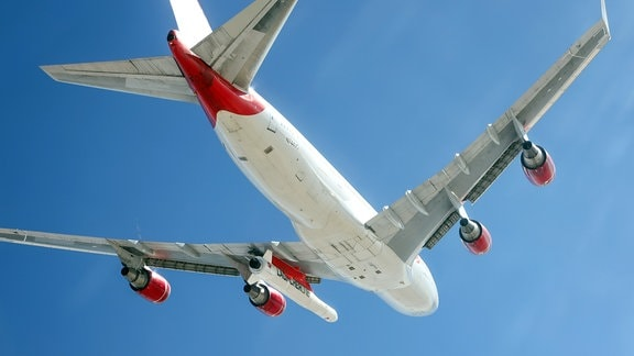 Flugzeug mit Trägerrakete